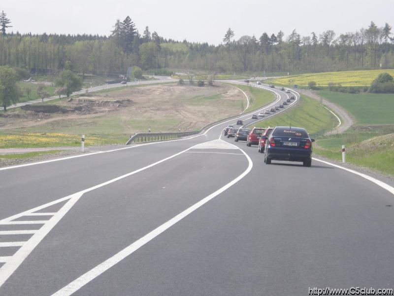 pohled na kolonu zvrchu,bohužel další auta jsou ještě za námi